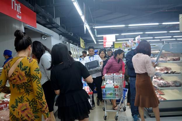 Khách hàng tới mua sắm tại MM Super Market Thanh Xuân.