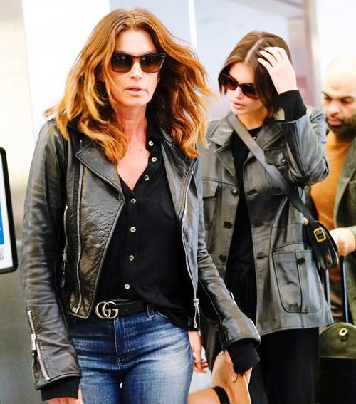 Kaia bên mẹ, siêu mẫu Cindy Crawford, tại sân bay New York ngày 15/1.