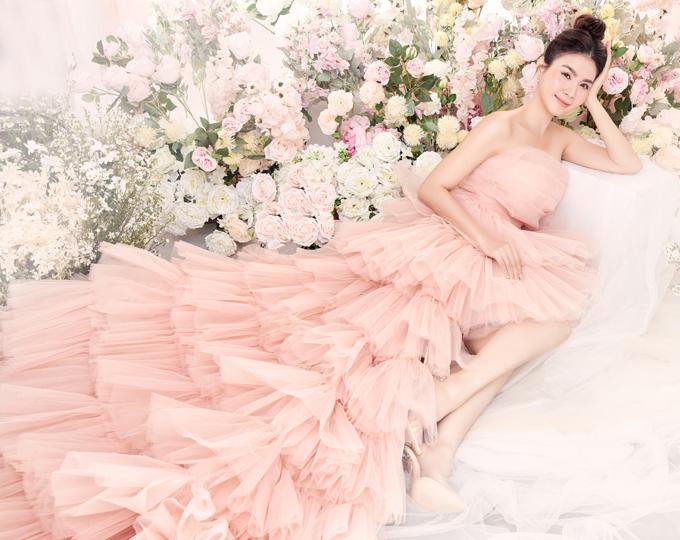 Kha Ly lộng lẫy trong thiết kế váy voan cúp ngực, tôn bờ vai trần quyến rũ.