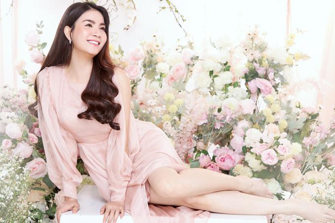Chuyên gia trang điểm Lý Minh hỗ trợ Kha Ly thực hiện bộ ảnh mừng tuổi 35 trong studio.