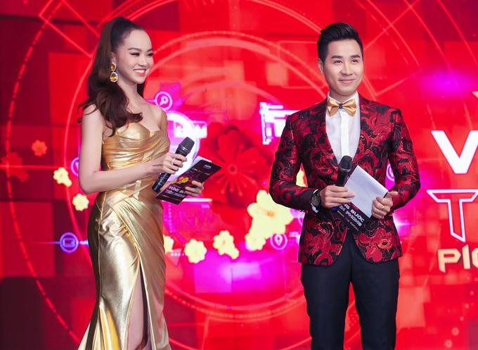 Kiều Ngân thay hai trang phục với phong cách hoàn toàn khác biệt trong đêm tiệc quy tụ hơn 800 vị khách.