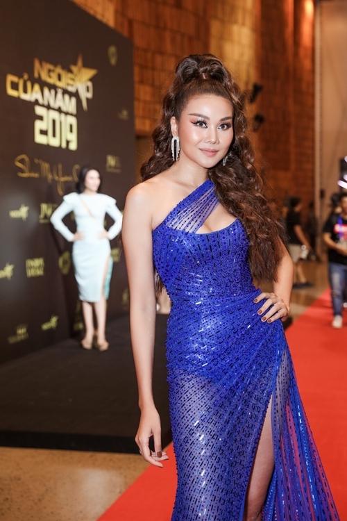 Thanh Hằng diện đầm đính seuqins của NTK Chung Thanh Phong với tông màu xanh được dự đoán là hot trend năm 2020.