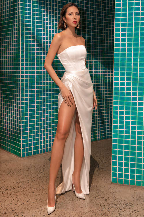 Siêu mẫu Minh Triệu khoe những điểm vàng trên cơ thể nhờ thiết kế váy quây ngực sexy của nhà thiết kế Lê Thanh Hòa.