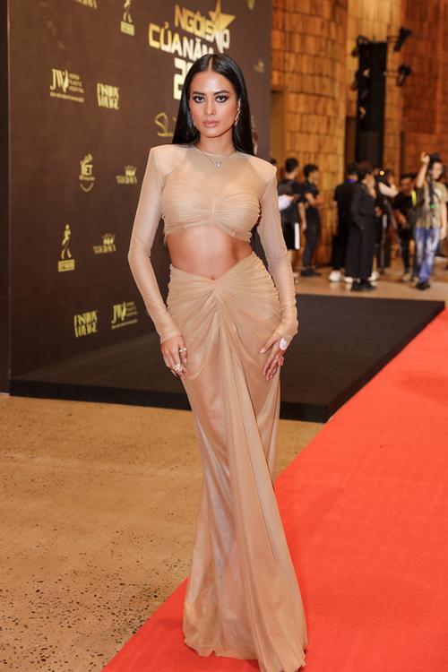 Siêu mẫu Như Vân khoe làn da nâu và hình thể nóng bỏng với váy hở eo của nhà thiết kế Kim Khanh.