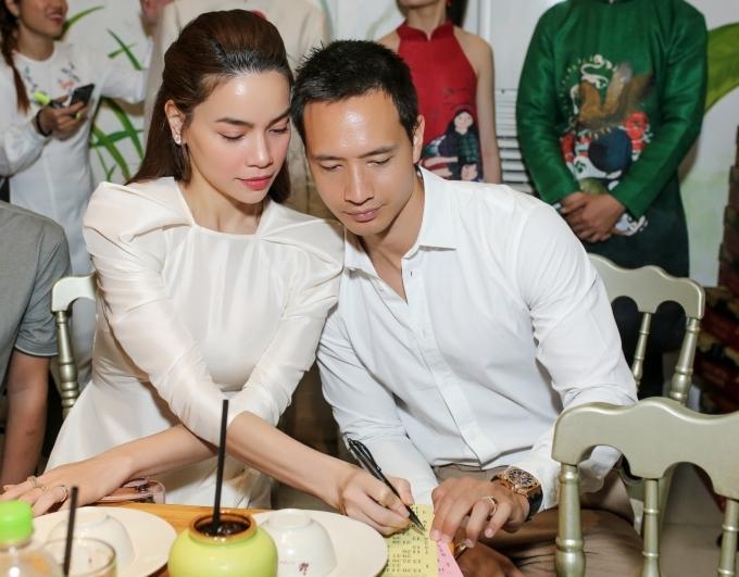 Hồ Ngọc Hà, Kim Lý ngồi cạnh nhau chơi loto trong sự kiện.