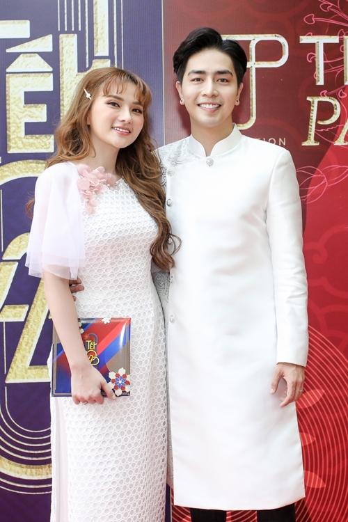 Vợ chồng Thu Thủy, Kin Nguyễn đến tham dự chương trình.