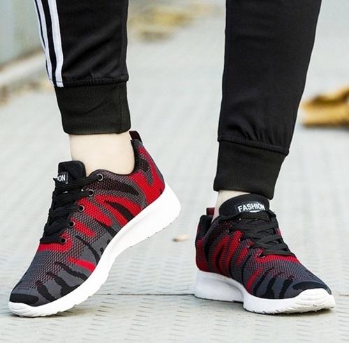 Giày thể thao nam Passgo G215 nổi bật vớihoa văn sọc vằn.Đế làm bằng cao su tổng hợp với phần rãnh chống trơn trượt. Phom giày thon, cổ thấp, dễ phối với nhiều kiểu trang phục, từ quần jeans, trang phục thể thao đến quần tây, áo sơ mi...