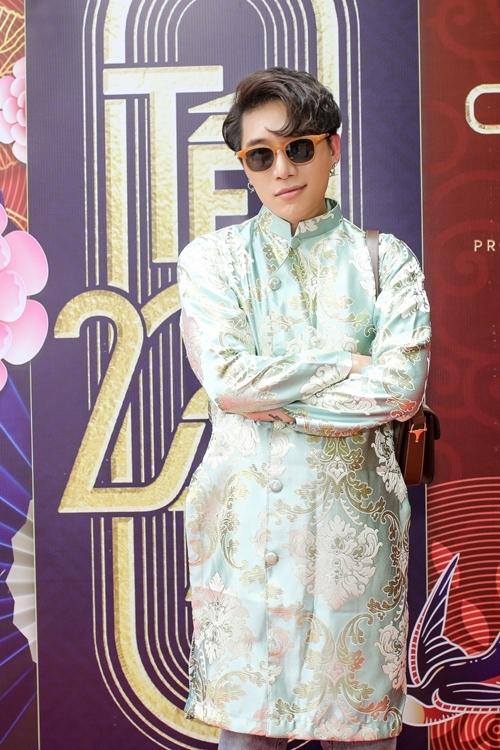 Nhạc sĩ Châu Đăng Khoa phối áo dài có họa tiết in nổi trên áo, mang tới sự cá tính.