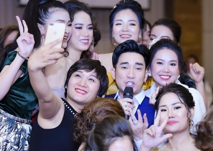 Quang Hà 'ngạt thở' vì fan nữ
