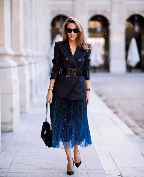 Trong xu hướng thời trang mới, kiểu váy sexy được hâm nóng trở lại và khiến trào lưu ăn mặc thịnh hành trở nên phong phú hơn.