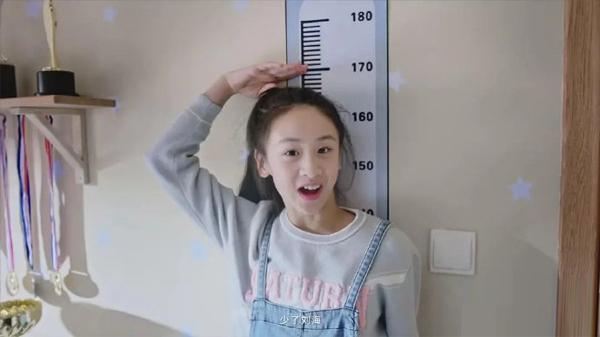Điền Vũ Tranh khoảng 167 cm, dù mới 11 tuổi.