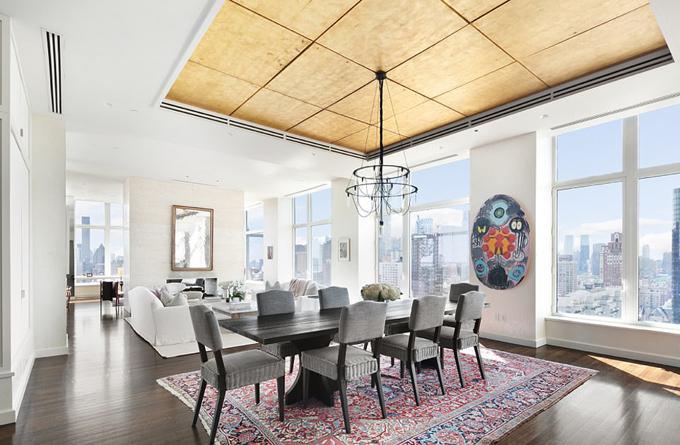 Phòng khách lớn, được thiết kế theo phong cách tối giản và hiện đại với cửa kính kịch trần mang đến view toàn cảnh.