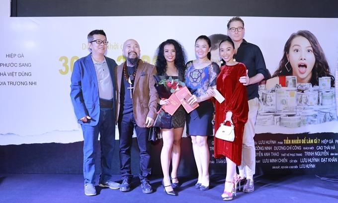 Chồng Tây tháp tùng ca sĩ Đoan Trang (váy đỏ) tới xem phim.