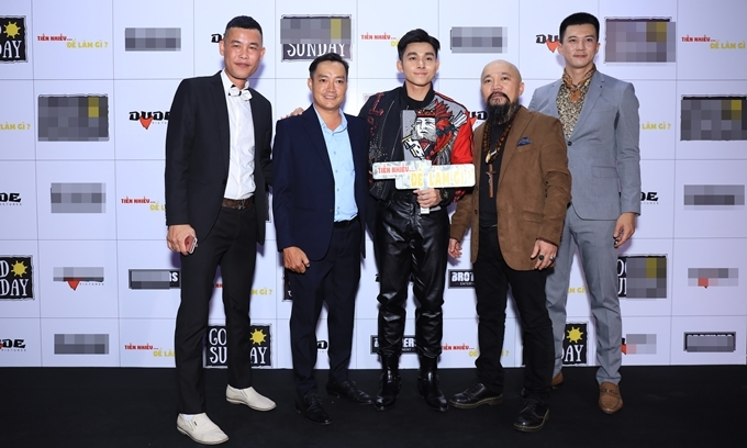 Hiệp Gà (ngoài cùng bên trái) phấn khởi khi đến TP HCM giới thiệu phim trong những ngày giáp Tết. Danh hài là một trong ba nam chính của phim, bên cạnh Phước Sang và Hà Việt Dũng. Họ vào vai ba người bạn thân, cùng làm giàu bằng cách kinh doanh bất chính và trở mặt với nhau khi đối diện sự đe dọa của Thần Chết.