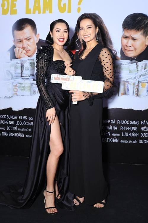 Cựu siêu mẫu Thúy Hạnh (phải) chúc mừng vai nữ chính của Yaya Trương Nhi.