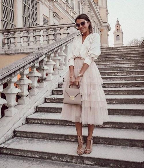 Những cô nàng yêu sự kín đáo vẫn có thể diện váy tuyn với kiểu xếp layer nhiều tầng và phối cùng voan lụa tiệp màu.