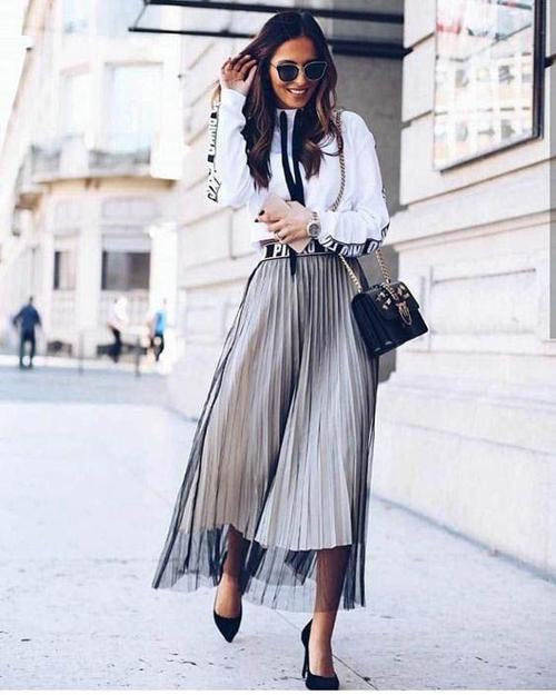 Chân váy tuyn cho các nàng công sở, ngại khoe khoảng hở được phối thêm các chất liệu mềm mại như lụa, vải metalic, vải chiffon dập ly.