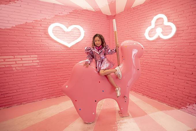 Tông hồng ngọt ngào phối hợp với chất liệu vải sequins lóng lánh sẽ giúp các bé gái nổi bật tại các buổi tiệc cuối năm.