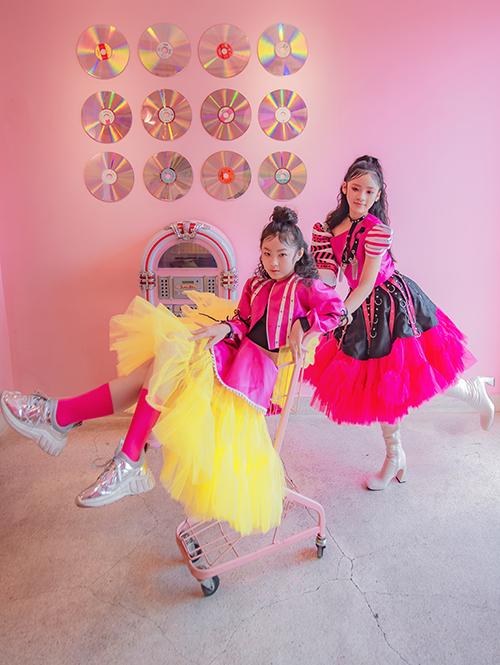 Nhà thiết kế Ivan Trần chọn tông màu nổi bật như vàng, hồng, đỏ, ánh kim để mang tới bộ sưu tập xuân 2020 cho các nhóc tỳ.