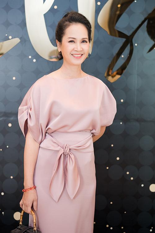 Mẹ chồng Lan Hương được nhiều người khen trẻ hơn tuổi khi xuất hiện với bộ đầm sáng màu dài thướt tha.