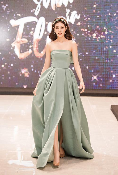 Thiết kế thướt tha giúp bước chân của nàng hoa hậu thêm uyển chuyển. Thời tiết hơn 10độ C của Hà Nộ tối qua không làm Khánh Vân e ngại khi diện váy quây mỏng manh.