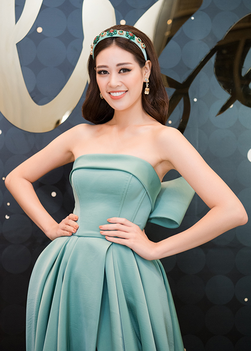 Hoa hậu Hoàn vũ Việt Nam 2019 trở nên nổi bật với bộ đầm xanh bạc hà kết hợp với băng đô đính kếtcùng tông. Từ khi đăng quang, cô lúc nào cũng bận rộn với việc chạy show.