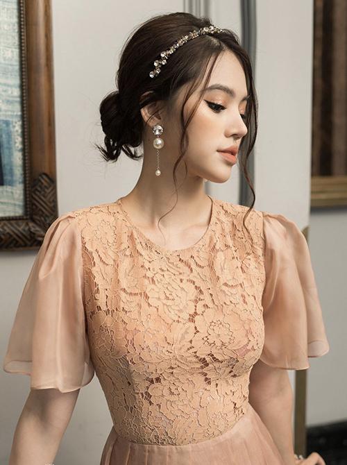 Phụ kiện Jolie Nguyễn sử dụng là sản phẩm dành riêng cho các nàng yêu phong cách bánh bèo và chuộng các kiểu váy công chúa, váy ren, váy xoè mang hơi hướng cổ điển.