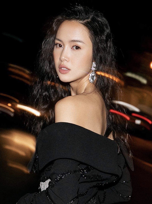 Tham gia tiệc tối, diễn viên Vũ Ngọc Anh chọn hoa tai đính đá trắng, pha lê to bản để tạo điểm nhấn cho set đồ tông đen.