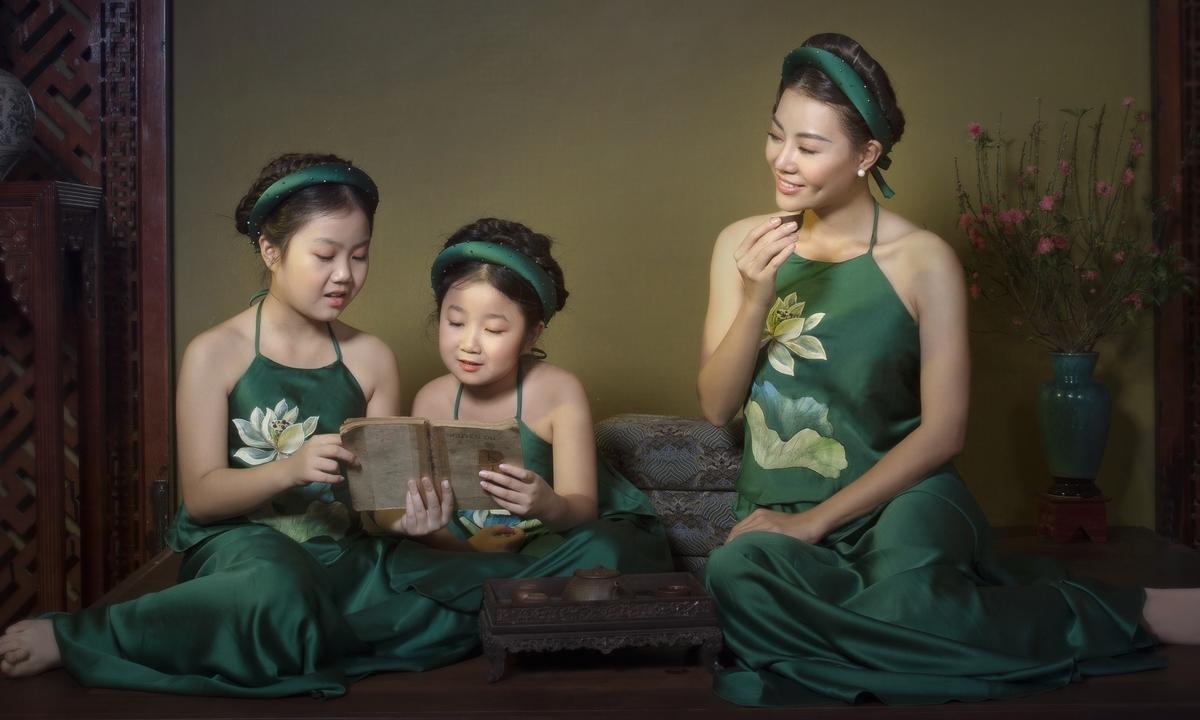 Ba mẹ con Thanh Hương diện yếm hoa sen