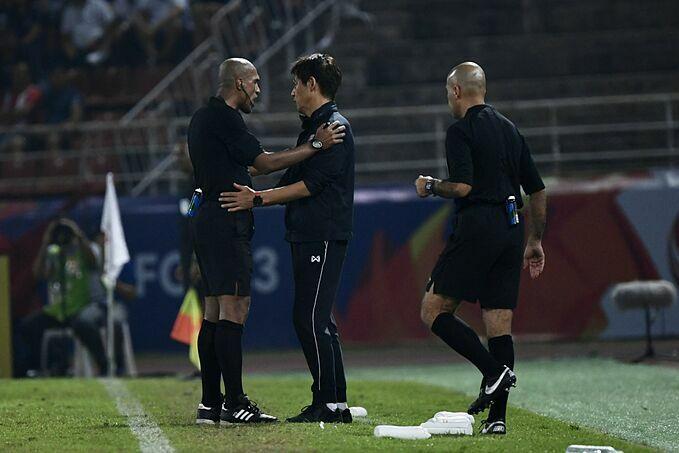 HLV Nishino của Thái Lan phản ứng với trọng tài.