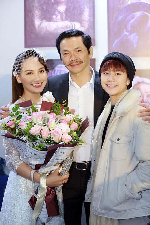 Nhiều bạn diễn của Bảo Thanh trong Về nhà đi con có mặt để chúc mừng, trong đó có bố Sơn Trung Anh và Ánh Dương Bảo Hân.