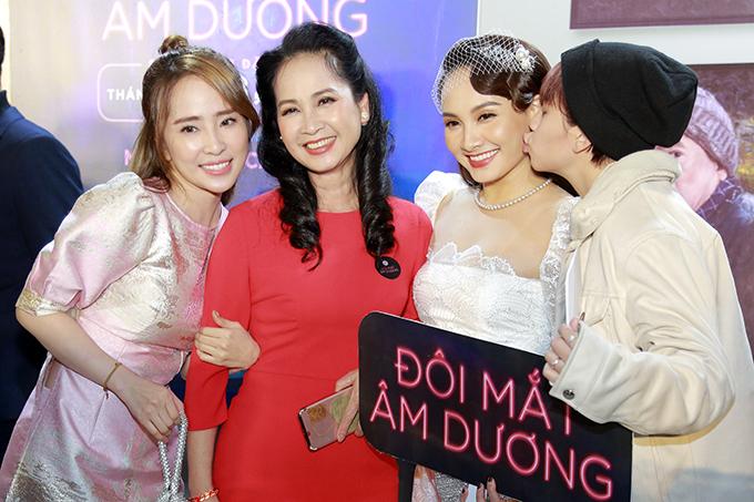 NSND Lan Hương từng đóng chung với Bảo Thanh trong Sống chung với mẹ chồng đi cùng ông xã Đỗ Kỷ đến dự.