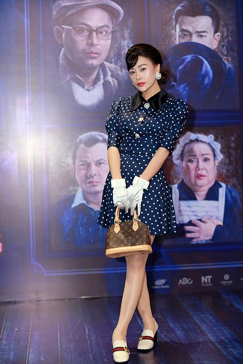 Phương Oanh diện đồ thập niên 1960 tới mừg Bảo Thanh ra mắt phim điện ảnh. Chưa đóng chung phim nào nhưng hai diễn viên là chị em thân thiết ở ngoài đời.