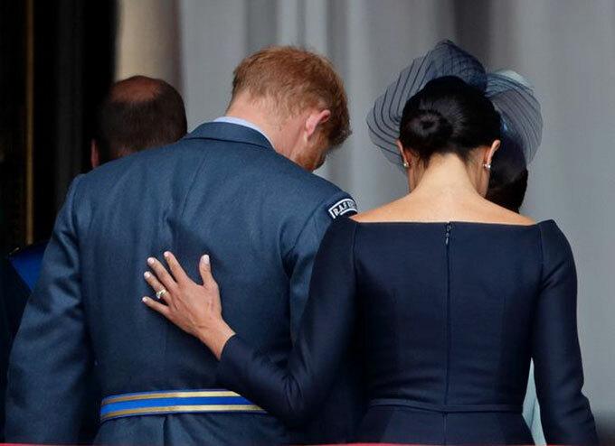 Meghan đặt tay lên lưng Harry tại sự kiện kỷ niệm 100 năm thành lập Lực lượng Không quân Hoàng gia RAF hồi tháng 7/2018. Ảnh: Reuters.
