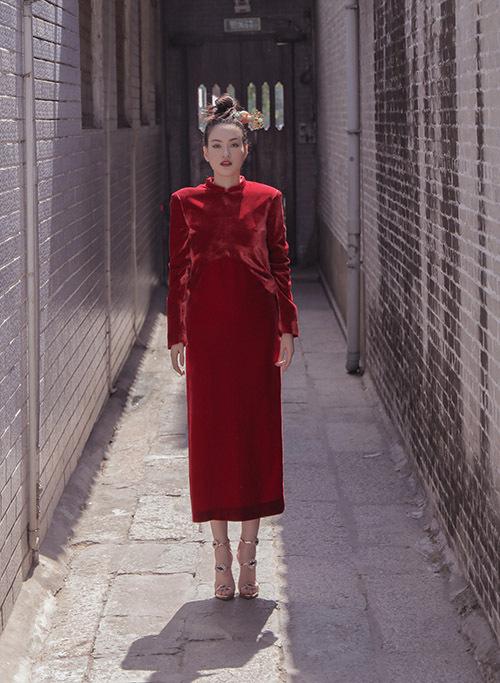Diễm Trần vừa thực hiện bộ ảnh mới mừng xuân Canh Tý. Dịp cuối năm thời tiết Sài Gòn se lạnh, người đẹp thích mặc váy áo may bằng chất liệu nhung sang trọng, có tác dụng giữ ấm vừa phải cho cơ thể.