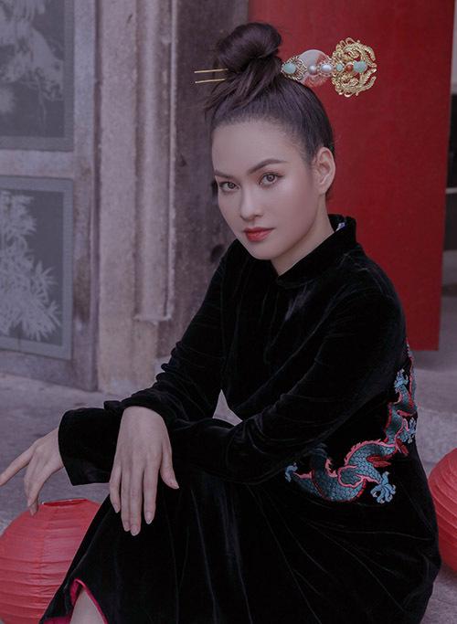 Vào những dịp như lễ, Tết hoặc khi dự các sự kiện văn hoá truyền thống Diễm Trần ưu tiên chọn mặc trang phục nền nã, kín đáo.