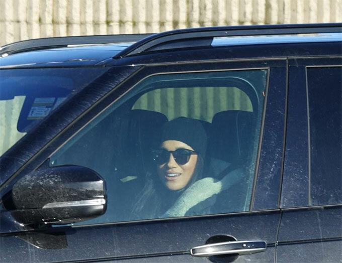 Meghan tự lái xe đến sân bay quốc tế Victoria, Canada, để đón bạn vào chiều 16/1. Ảnh: Backgrid.