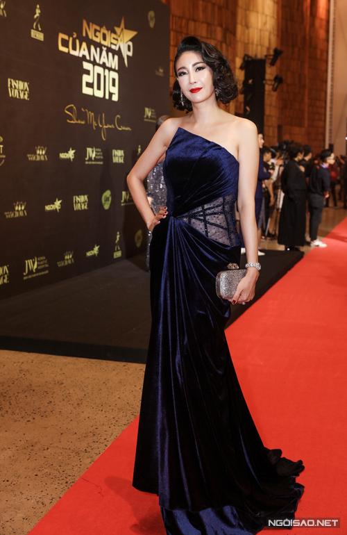 Hoa hậu Hà Kiều Anh toát lên vẻ sang trọng mà không kém phần quyến rũ khi diện đầm nhung xếp nếp pha trộn chất liệu xuyên thấu tinh tế.