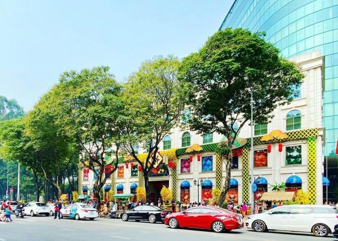 Cứ đến dịp lễ hội, Diamond plaza là điểm check-in quen thuộc của dân Sài thành. Tòa nhà đã hơn 10 năm, tọa lạc ngay trung tâm thành phố trang trí rực rỡ . Ảnhnhantt629