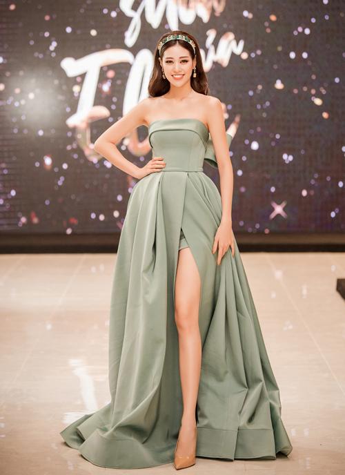 Stylist 8X khen ngợi hoa hậu Khánh Vân: Thiết kế xòe rộng bồng bềnh biến Vân thành công chúa lộng lẫy, trong khi kiểu dáng quây ngực tôn lên bờ vai trần nuột nà.