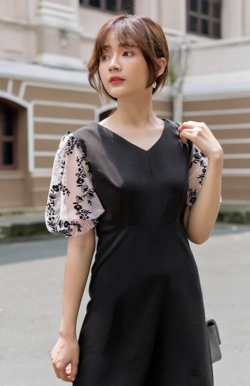 Đầm dáng A tay phối renKimi AD190132dài ngang đầu gối, tôn vóc dáng mảnh mai. Thiết kế được nhiều cô nàng ưa chuộng nhờ phối màu đơn giản nhưng dễ mặc. Sản phẩm có giá 375.000 đồng.