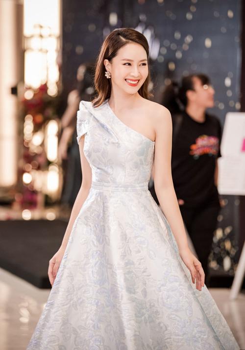 Diễn viên Hồng Diễm trở nên trẻ trung hơn với bộ cánh lệch vai in họa tiết chìm trên nền trắng và lối make-up tự nhiên, rạng ngời.