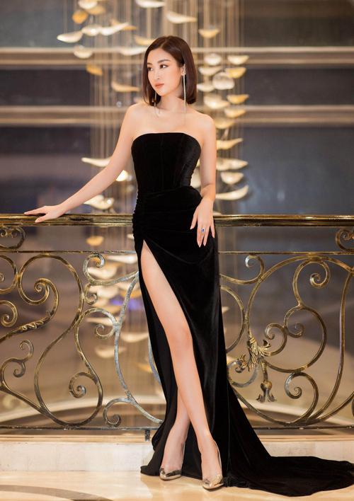 Không cầu kỳ về màu sắc hay chi tiết trang trí, mẫu đầm nhung đen chú trọng kỹ thuật dựng phom khéo léo nhằm khai thác trọn vẹn lợi thế hình thể của hoa hậu Đỗ Mỹ Linh, Tân Đà Lạt kết luận.