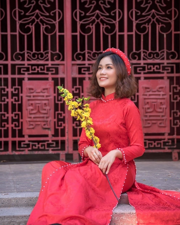 Nếu ngại đông đúc thì các ngôi chùa, lăng ở Sài Gòn cũng là gợi ý không tồi để chụp ảnh chung với áo dài với những nét hoa văn cổ điển trên kiến trúc chùa xưa. Một số địa điểm khá hay ho như Lăng Ông, chùa Bà Thiên Hậu, chùa Huê Nghiêm... Ảnh Trần Thúy Vy,