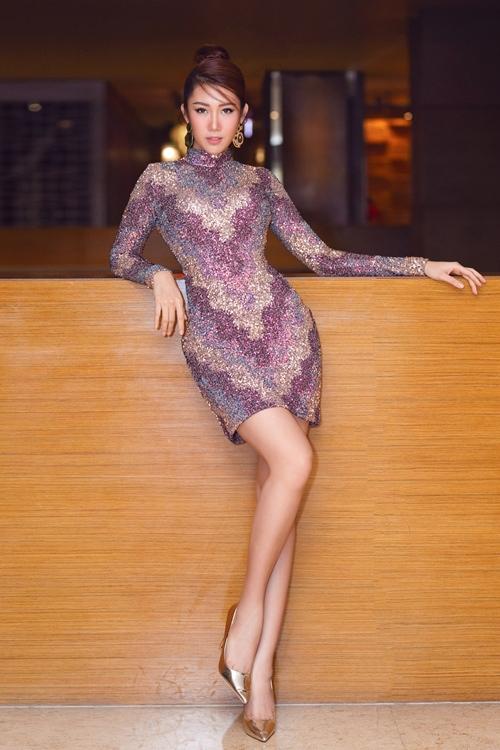 Thúy Ngân Gạo nếp gạo tẻ phô diễn đường cong nuột nà qua chiếc váy ngắn ôm sát pha màu độc đáo. Cô hoàn thiện phong cách bằng khuyên tai bản lớn và giày mũi nhọn ánh kim hiện đại.