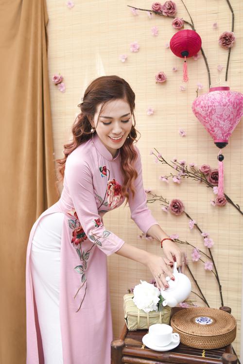 Mẫu áo còn có thêm sắc hồng, giúp nàng có nhiều lựa chọn trang phục cho ngày xuân.