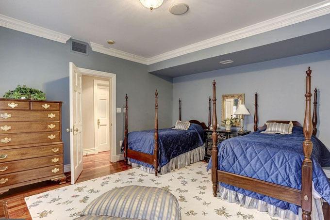 Phòng ngủ được chính rộng lớnđược trang bị đầy đủ các tiện nghi hiện đại. Căn phòng này còn đượctích hợp với một phòng tắm và một phòng thay đồ cỡ lớn phục vụ nhu cầu sinh hoạt hàng ngày của chủ nhân.