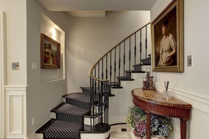 Tiền sảnh của ngôi nhà được lót đá cẩm thạch dẫn đến những không gian khác của căn biệt thự.