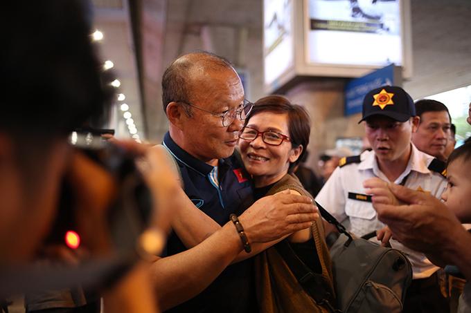 HLV Park được người hâm mộ chào đón khi trở về Việt Nam sau thất bại ở vòng chung kết U23 châu Á 2020. Ảnh: Đức Đồng.