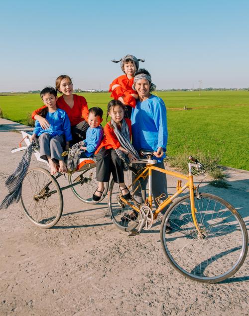 Hiện tại Lý Hải có biệt thự rộng, xe hơi xịn và cuộc sống sung túc ở Sài Gòn nhưng anh vẫn thích về miền quê chụp ảnh phong cách xưa và dạy các con trân trọng thiên nhiên, giữ gìn truyền thống văn hóa của dân tộc.